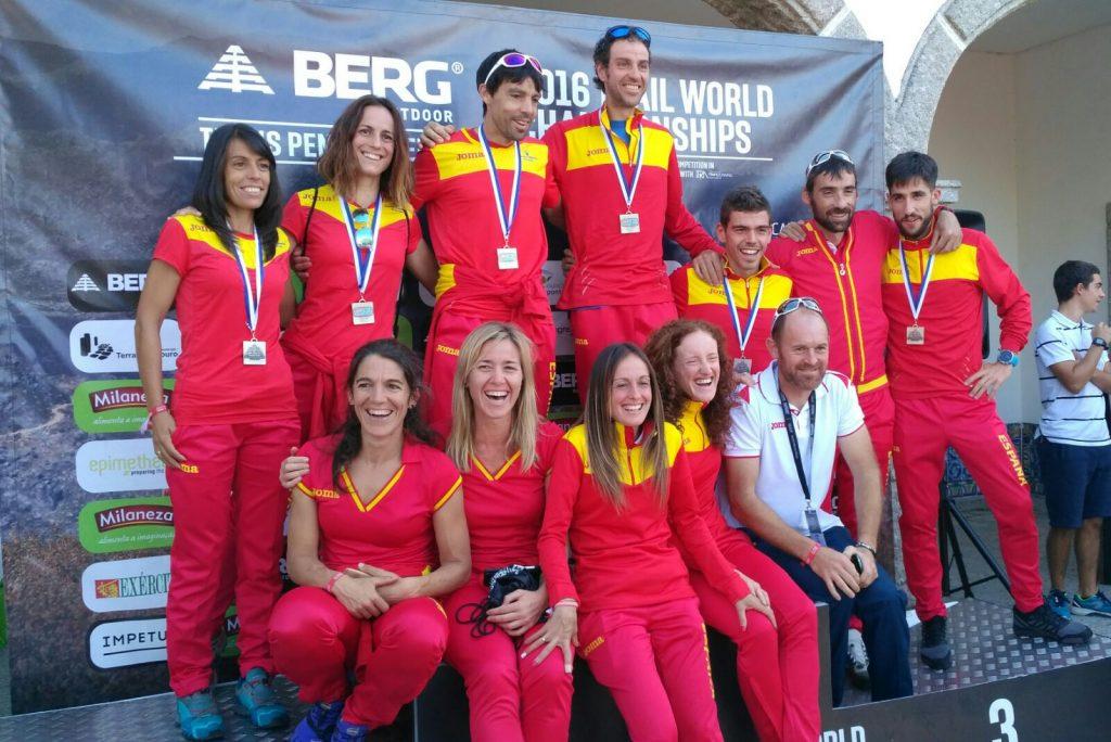 Selecció Espanyola celebrant la medalla de plata. (c) Territorio Trail